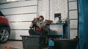 O mecânico está reparando o motor, verifica a qualidade e a pureza video estoque