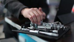 O mecânico põe o soquete sobre a chave vídeos de arquivo