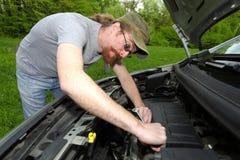 O mecânico repara um carro Imagens de Stock Royalty Free