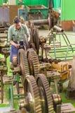 O mecânico trabalha com a peça do motor da aviação Foto de Stock Royalty Free