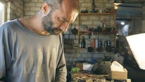 O mecânico trabalha em sua garagem ou oficina Homem focalizado em para operar-se Conceito do trabalho duro Fim do movimento lento video estoque