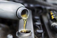 O mecânico troca o óleo no carro Fotos de Stock