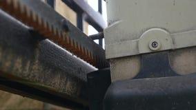 O mecanismo automático das portas abrirá automaticamente vídeos de arquivo
