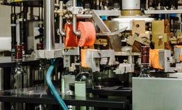 O mecanismo da máquina tampando da garrafa automática Fábrica para a produção de bebidas alcoólicas Fotos de Stock