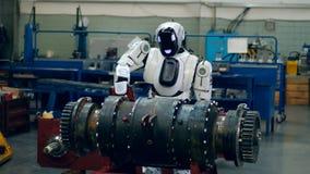 O mecanismo industrial está obtendo furado por um cyborg video estoque