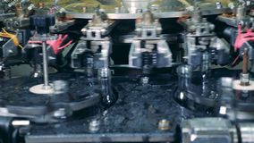O mecanismo industrial relocating as garrafas feitas do vidro filme