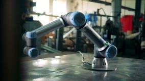 O mecanismo robótico industrial está movendo ao redor video estoque