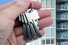 O mediador imobiliário cede as chaves. imagens de stock