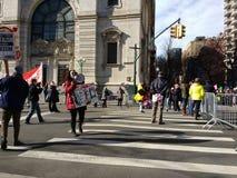 O megafone, levanta sua voz, ` s março das mulheres, Central Park para o oeste, NYC, NY, EUA Fotografia de Stock Royalty Free