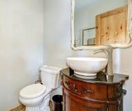 O meio banho branco inclui o armário da vaidade do vintage Foto de Stock