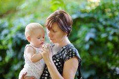 O meio bonito envelheceu a mulher e seu neto pequeno adorável Imagens de Stock