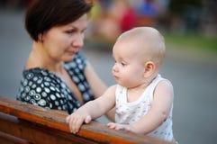 O meio bonito envelheceu a mulher e seu neto pequeno adorável Foto de Stock Royalty Free