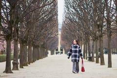 O meio bonito envelheceu a mulher que anda no parque parisiense Imagens de Stock Royalty Free
