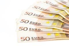 O meio círculo fez com euro- dinheiro europeu das cédulas 50 no fundo branco Fotos de Stock Royalty Free