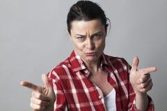 O meio de ameaça envelheceu a mulher que provoca com gestos de mão agressivos Fotos de Stock Royalty Free