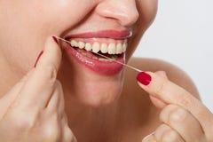 O meio de sorriso envelheceu a mulher com os dentes brancos fortes ideais, teethcare Foco seletivo Cuidados médicos, conceito sto Imagem de Stock