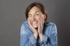 O meio do divertimento envelheceu a mulher que pisc para flertar alegre, retrato cômico Foto de Stock