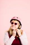 Fundo de ciclagem vestindo do rosa do retrato do capacete da mulher engraçada real Imagens de Stock