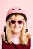 Fundo de ciclagem vestindo do rosa do retrato do capacete da mulher engraçada real Imagens de Stock Royalty Free