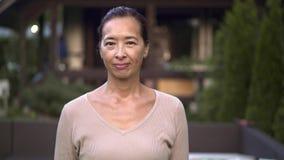 O meio envelheceu a mulher asiática que diz não e que gesticula vídeos de arquivo