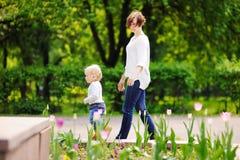 O meio envelheceu a mulher e seu neto pequeno adorável Imagem de Stock