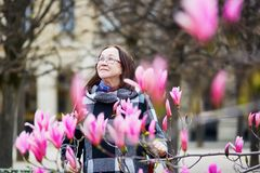 O meio envelheceu a mulher em Paris em um dia de mola Fotos de Stock Royalty Free
