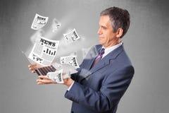 O meio envelheceu o homem de negócios que guardara o caderno e que lê o explosi Fotos de Stock Royalty Free