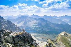 O meio envelheceu o homem que aprecia a aventura nas montanhas imagens de stock