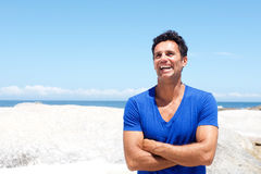O meio envelheceu o homem que ri pela praia no verão Fotografia de Stock