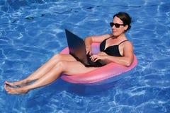 O meio envelheceu o viciado em trabalho executivo fêmea que trabalha no comput do portátil Foto de Stock Royalty Free