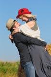 O meio envelheceu pares românticos felizes no campo Fotografia de Stock