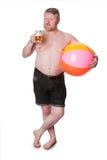 O meio excesso de peso envelheceu o homem com cerveja bebendo da bola de praia Foto de Stock