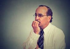 O meio interessado ansioso preocupado envelheceu o homem de negócio nos vidros fotos de stock