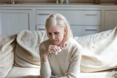 O meio só triste envelheceu a mulher que grita guardando o lenço, grievi foto de stock