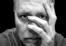 O meio triste, ansioso ou deprimido envelheceu o homem Fotos de Stock Royalty Free