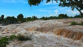 O Mekong cai, a cachoeira a maior do sudeste de Asia's vídeos de arquivo