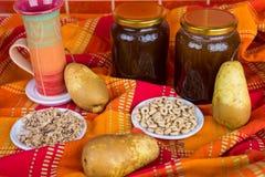 O mel do café da manhã e o fruto saudáveis, aveia lascam-se foto de stock royalty free