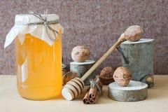 O mel, noz, canela, viu a madeira Fotos de Stock Royalty Free