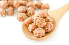 O mel roasted amendoins revestidos e as sementes de sésamo brancas no sp de madeira Foto de Stock