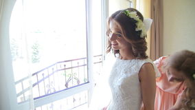O melhor amigo ajuda a noiva futura a vestir um vestido de casamento video estoque