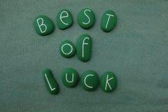O melhor da sorte com verde coloriu pedras sobre a areia verde Foto de Stock Royalty Free