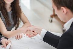 O melhor negócio! Homens de negócios novos que agitam as mãos um com o otro no Imagem de Stock Royalty Free
