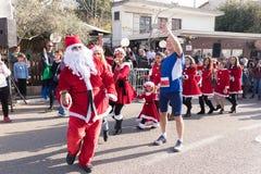 O membro da corrida anual do Natal faz o selfie com Santa Claus Fotografia de Stock