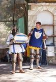 O membro do festival anual dos cavaleiros do Jerusalém vestidos como cavaleiros levanta para o fotógrafo Imagem de Stock