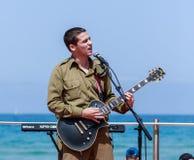 O membro do grupo da música do exército executa na cidade de Haifa em honra do 70th aniversário da independência do estado de Foto de Stock