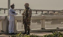 O membro do grupo de SANDF conversa ao oficial da marinha do SA Imagem de Stock