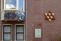 O memorial judaico foi projetado por Mieke Blits e propõe uma estrela de David bicolor para, consiste em 12 triângulos equilatera fotos de stock