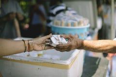 O mendigo está esperando o alimento do auxílio da caridade: o conceito do pedido e da fome: Os problemas da fome dos pobres foram imagens de stock