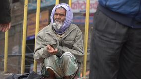 O mendigo implora pelo dinheiro video estoque