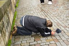 O mendigo novo e sujo está implorando na rua de Praga, checa Fotografia de Stock Royalty Free